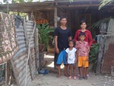 Famille HUN Horn  devant leur taudis  31-140